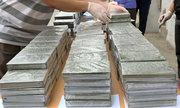 Cảnh sát bao vây xe bán tải chở 329 bánh heroin