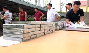 329 bánh heroin giấu quanh xe bán tải trên đường ra biên giới