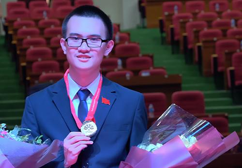 Trần Đức Huy (lớp 12 Lý 1, THPT chuyên Hà Nội Amsterdam) đoạt huy chương vàng và là thí sinh có điểm số cao nhất đoàn Việt Nam trong kỳ thi Olympic Vật lý châu Á 2018. Ảnh: Quỳnh Trang.