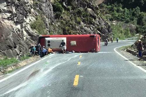 Ô tô khách lật, đầu đâm vào vách núi trên đèo Khánh Lê. Ảnh: Xuân Ngọc
