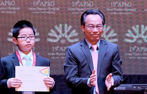 Lau Sze Chun(13 tuổi, đoàn Hong Kong) là thí sinh nhỏ tuổi nhất Olympic Vật lý châu Á 2018, được trao huy chương đồng và giấy chứng nhận từ ban tổ chức cuộc thi. Ảnh: Quỳnh Trang.