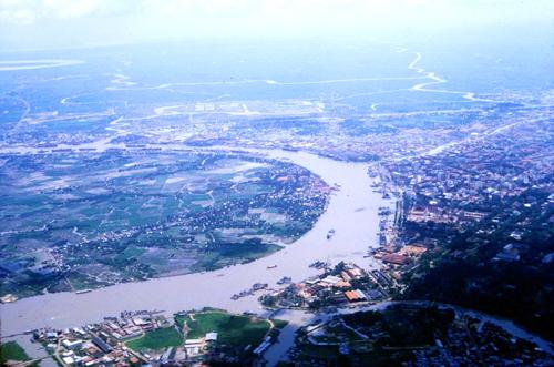 Không ảnh đôi bờ sông Sài Gòn với bán đảo Thủ Thiêm và trung tâm thành phố 50 năm trước. Ảnh: Tư liệu