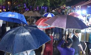 Người Hà Nội đội mưa dự khai trương phố đi bộ Trịnh Công Sơn