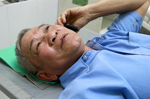 Công an hưu trí ông Lý Xuân Đích kể lại vụ tai nạn vừa xảy ra với người thân. Ảnh: Xuân Ngọc