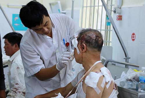Ông Dương Văn Giờ được các bác sĩ chăm sóc, kể lại sự việc. Ảnh: Xuân Ngọc