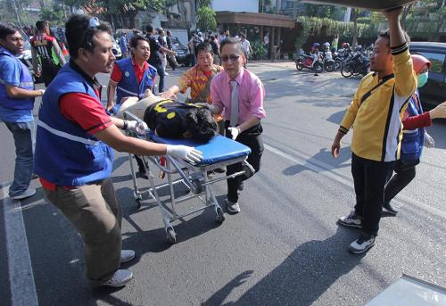 Xe cứu thương đưa người bị nạn đi cấp cứu sau vụ tấn công sáng nay. Ảnh: Reuters.