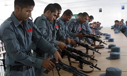 Binh sĩ Afghanistan thực hành tháo lắp súng AK-47 hồi tháng 7/2016. Ảnh: AP.