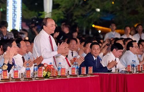 Thủ tướng Nguyễn Xuân Phúc đếndự lễ hội vàchúc mừng nhân dân thành phố Hải Phòng. Ảnh: Giang Chinh
