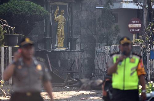 Cảnh sát bên ngoài nhà thờSanta Maria sáng 13/5. Ảnh: Reuters.