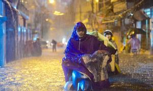 Đường phố Hà Nội ngập nặng sau hai giờ mưa lớn