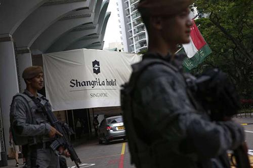 Nhân viên an ninh có vũ trang đứng gác tại khách sạn Shangri-la trong thời gian tổ chức Đối thoại Shangri-la hôm 2/6/2017. Ảnh: Strait Times.