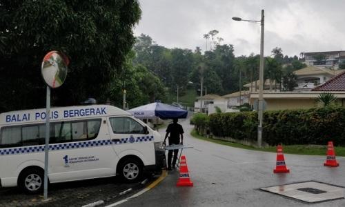 Cảnh sát chắn đường, lập đồn kiểm tra di động tại khu dân cư nơi cựu thủ tướng Najib sinh sống. Ảnh: SCMP.