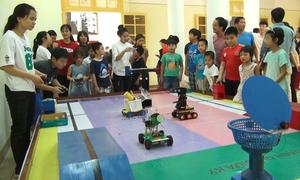 Học sinh Hà Nội trải nghiệm điều khiển robot bắn bóng