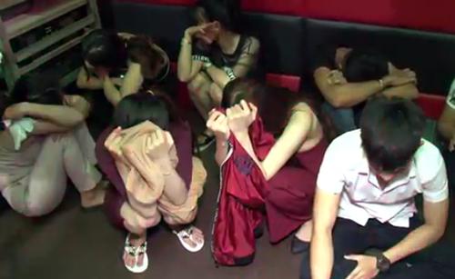 Các dân chơi trong quán karaoke bị cảnh sát ập vào kiểm tra, phát hiện nhiều ma tuý. Ảnh: Công an cung cấp