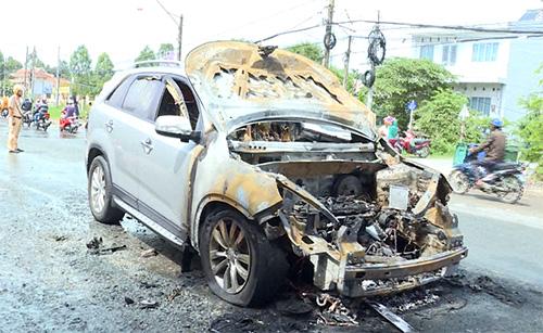 Ôtô Kia Sorento cháy rụi phần đầu khi lưu thông trên quốc lộ 53 sáng 13/5. Ảnh: Vĩnh Nam