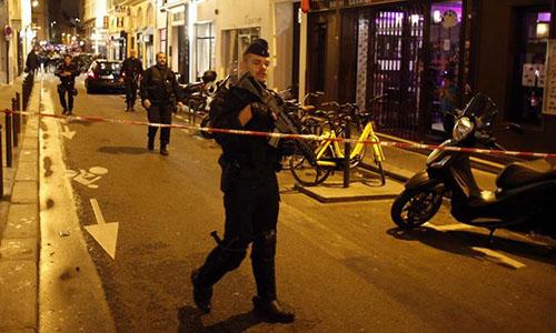 Cảnh sát phong tỏa đường phố ở quận hai,gần nhà hát lớn Operasau vụ tấn công bằng dao khiếnmột người chết. Ảnh:Reuters.