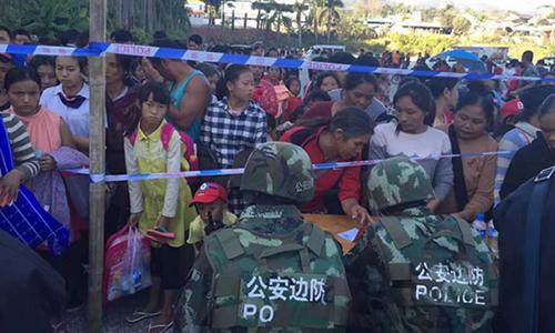Người Myanmar đăng ký tị nạn với công an biên phòng Trung Quốc. Ảnh: Sohu.