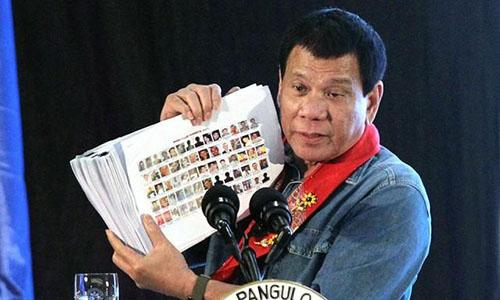 Tổng thốngRodrigo Duterte cầm danh sách những người bị cho là dính líu tới hoạt động buôn bán ma túy tại một sự kiện ở thành phố Davao, miền nam Philippines tháng 2/2017. Ảnh: Reuters.