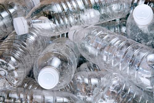 Chai nhựa bị cấm sử dụng ở trường Brighton College. Ảnh: Youtube
