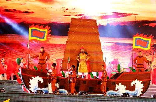 Hào khí Bạch Đằng Giang được Hải Phòng tái hiện trên trong đêm diễn ra Lễ hội hoa phượng đỏ lần thứ 7, năm 2018. Ảnh: Giang Chinh