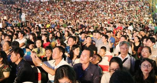 Hàng nghìn du khách và người dân thành phố Hải Phòng đổ về quảng trường nhà hát lớn xem lễ hội. Ảnh: Giang Chinh