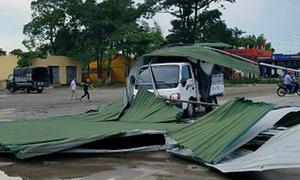 Gió lốc cuốn bay mái tôn, trùm kín xe tải ở Hà Tĩnh