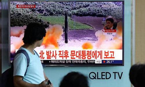 Người dân Hàn Quốc theo dõi tin Triều Tiên phóng tên lửa hồi tháng 8 năm ngoái. Ảnh: The Hindu.