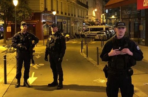 Cảnh sát đảm bảo an ninh trên con phố sau khi một kẻ tấn công làm một người chết.Reuters.