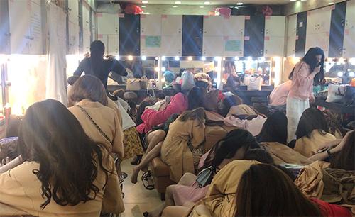 Hàng chục nữ nhân viên tại nhà hàng. Ảnh: Quốc Thắng.