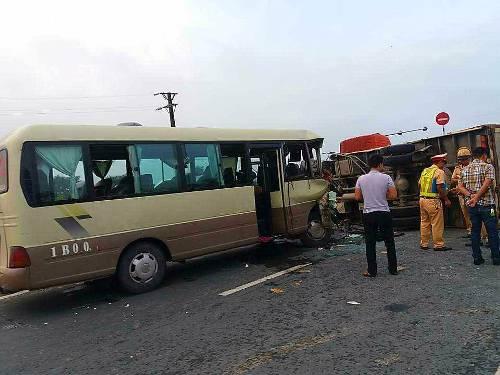 Hiện trường xe khách của Khu công nghiệp Tràng Duệ, Hải Phòng chở công nhân đi làm đã đâm vào xe tải, khiến 3 người trên xe bị thương. Ảnh: CTV