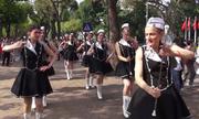 Nghệ sỹ Bỉ biểu diễn múa gậy trên phố đi bộ Hoàn Kiếm