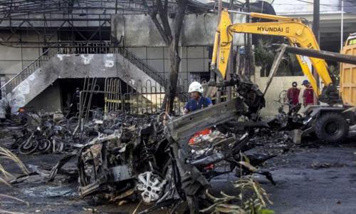 Chiếc ôtô cháy đen tại hiện trường vụ tấn công. Ảnh: BBC.