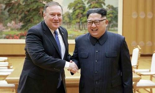 Lãnh đạo Triều Tiên Kim Jong-un và Ngoại trưởng Mỹ Mike Pompeo bắt tay tại cuộc gặp hôm 9/5 ở Bình Nhưỡng. Ảnh: AFP.