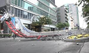 Gió lớn cuốn sập 3 cổng chào trên phố đi bộ Nguyễn Huệ