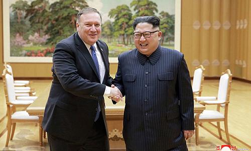 Lãnh đạo Triều Tiên Kim Jong-un và Ngoại trưởng Mỹ Mike Pompeo bắt tay sau cuộc gặp ởBình Nhưỡng hôm 9/5. Ảnh: AP