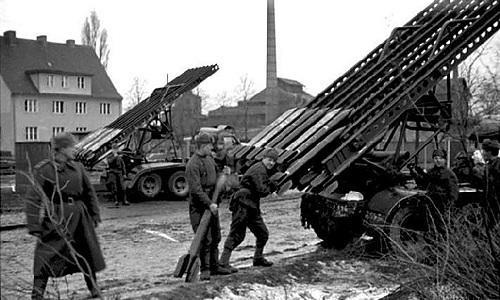Các binh sĩ Hồng quân Liên Xô đang nạp đạn cho một dànKatyusha. Ảnh: RBTH.