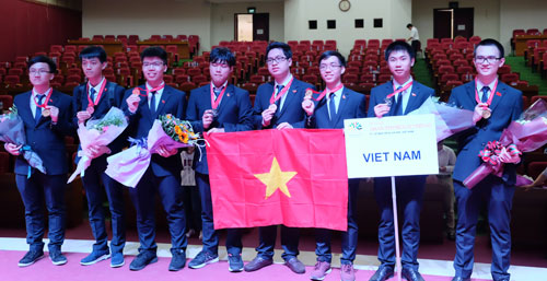 Nguyễn Văn Thành Lợi (thứ 3 từ phải sang trái) và 8 thành viên đoàn Việt Nam tham dự APho 2018. Ảnh: Quỳnh Trang.