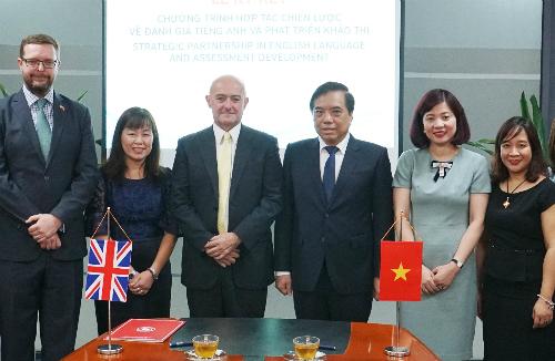 Đại diện Hội đồng Anh và Đại học Ngoại thương Hà Nội trong lễ ký kết thỏa thuận. Ảnh: HĐA