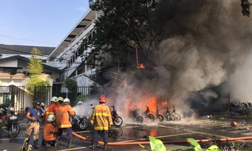 Cảnh sát chữa cháy ở hiện trường vụ tânscông vào nhà thờ Pentecost. Ảnh: Reuters.