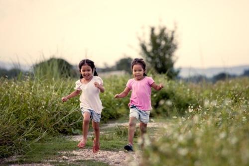 Liệu trẻ em có thật sự cần những món quà đắt tiền? Hay điều chúng mong muốn nhất là những phút giây vui chơi thỏa thích và gần gũi với gia đình.