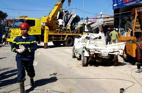 Cảnh sát cứu hộ và xe cẩu đang giải quyết hiện trường vụ tai nạn. Ảnh:Khánh Hương.