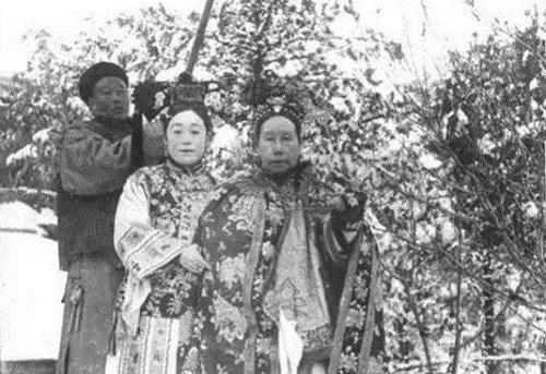 Công chúa Đức Linh dìu Từ Hy thái hậu đi dạo trong ngự uyển. Ảnh trong hồi ký: Thanh Cung Nhị Niên Ký.