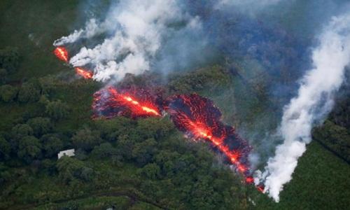 Vết nứt mới mở là một trong những vết nứt lớn nhất hiện nay trên núi lửa Kilauea kể từ khi nó bắt đầu phun trào hôm 3/5. Ảnh: Reuters.