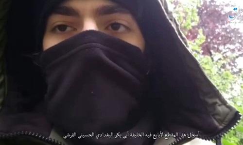 Thanh niên mặc đồ màu đentrùm kín người được cho là nghi phạm đâm dao ở Paris xuất hiện trong video của IS. Ảnh: AFP.