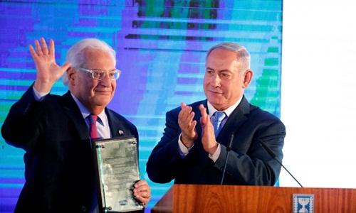 Thủ tướng Israel Benjamin Netanyahu (phải) vỗ tay sau khi trao cho Đại sứ Mỹ Israel David Friedman lá thư bày tỏ sự cảm kích trong buổi lễ đón tiếp được tổ chức tại Bộ ngoại giao Israel ở Jerusalem ngày 13/5. Ảnh: Reuters.