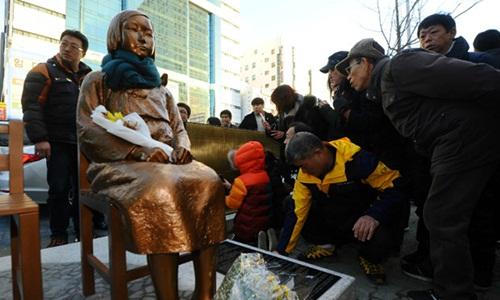 Một bức tượng đại diện cho nô lệ tình dục người Hàn Quốc được đặt bên ngoài Tổng lãnh sự quán Nhật Bản tại thành phố Busan tháng 1/2017. Ảnh: Reuters.