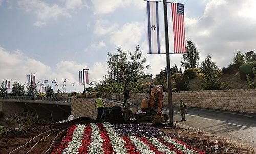 Đường dẫn vào đại sứ quán Mỹ tại Jerusalem được trang trí hoa và treo cờ Mỹ - Israel. Ảnh: Politico.