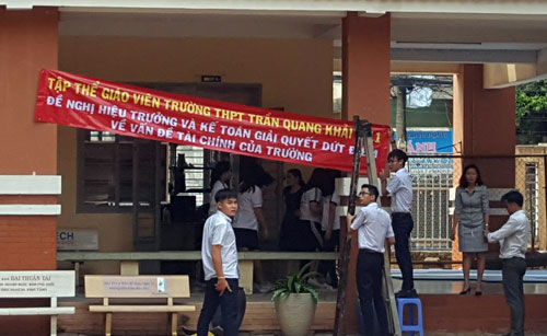 Giáo viên trường THPT Trần Quang Khải treo băng rôn chiều 11/5. Ảnh: Nguyễn Minh.