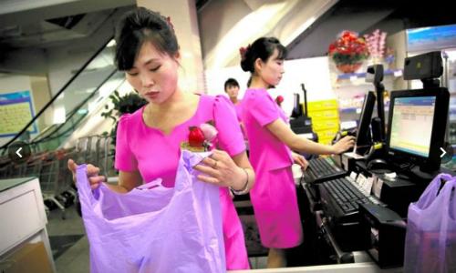 Nhân viên trong một cửa hàng của Triều Tiên. Ảnh: AP.