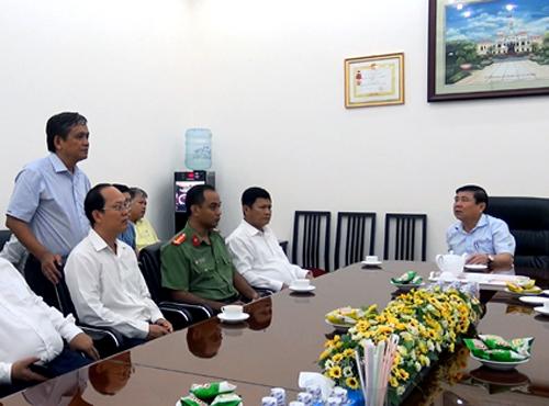 Công an quận 3 báo cáo với chủ tịch UBND TP HCM về vụ việc. Ảnh: Sơn Hòa.